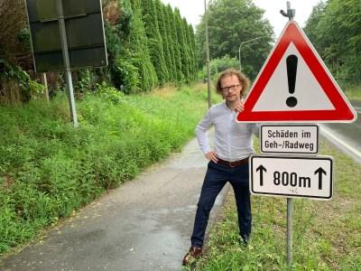 Ralf Kersting am Warnschild wegen mangelhaftem Radweg an der B 238