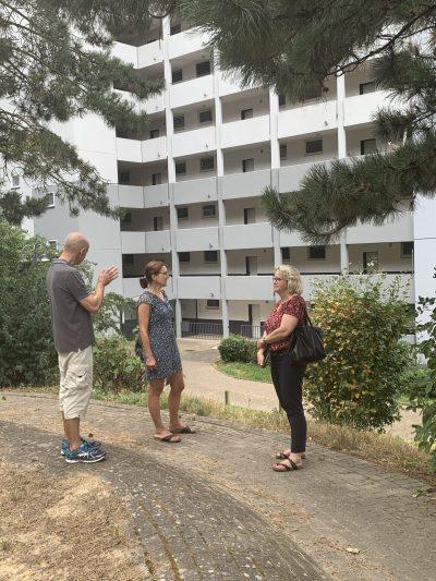 Sven Neese, Wahlkreiskandidatin Johanna Schlotthauer für Lemgo-Süd und Bürgermeister-Kandidatin Katharina Kleine Vennekate vorm Biesterberg-Hochhaus