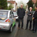 Dr. Burkhard Pohl, Detlef Höltke und Arndt Klocke mit E-Auto an der Pideritstraße