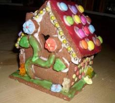 Mehr Süßes: Ein Lebkuchenhaus! Da weiß der Beschenkte, das richtig viel Zeit drin steckt - und viele Kalorien ;)