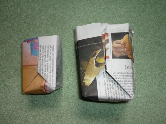 Das kleinere Anzuchttöpfchen ist aus einem DIN-A5 Blatt, das andere war etwas größer als DIN-A4.