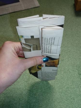 Das Papier umdrehen und genauso falten. Jetzt beginnt der knifflige Teil: Der zukünftige Topf muss auseinandergezogen werden, damit ein glatter Boden entsteht.