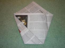 Das Papier wird umgedreht, auf der Rückseite wird die andere Spitze genaus gefaltet.