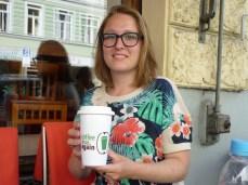 Julia Post ist Masterstudentin der Politikwissenschaft in München und startete die Initiative Coffee to go again. Der Becher im Bild kann (so ähnlich) über das Crowdfunding erworben werden.