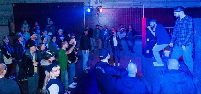 Crowd. Company Slow live im Cafe Q. Indoor Skateramp. Cafe Q. Live Rap Coburg.