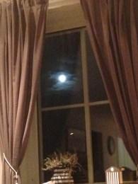 Idet jeg kommer hjem klarner det opp og månen viser seg. Typisk!