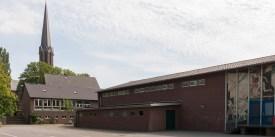 Schule mit Kirche
