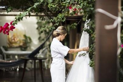 noiva segurando o vestido