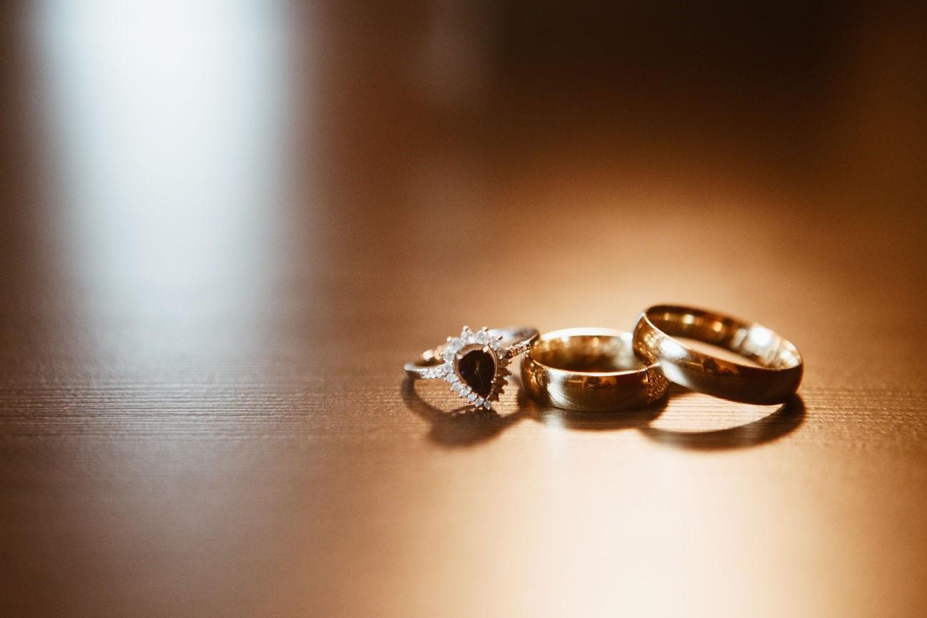 Em qual mão usar a aliança e o anel de noivado?