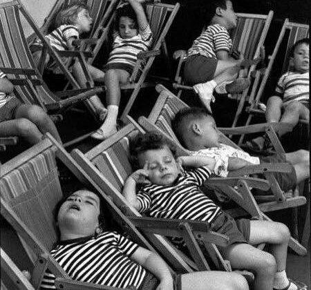 niños durmiendo en sillas de playa. De Cartier Bresson