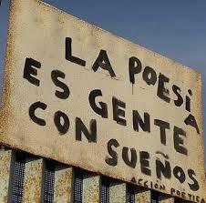 """Cartel que pone """"La poesía es gente con sueños"""" de acción poetica"""