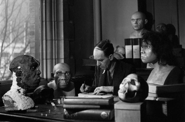 ©Fotografía de Kenneth Oakley (1911-1981), antropólogo y geólogo inglés pionero en la datación de fósiles humanos