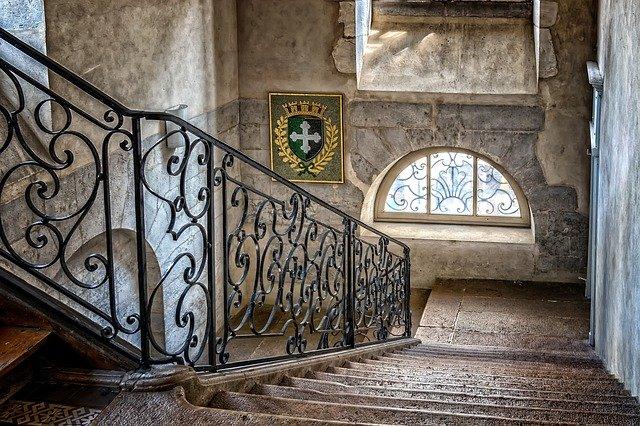 escalera descendente ornamentada de un palacio renacentista