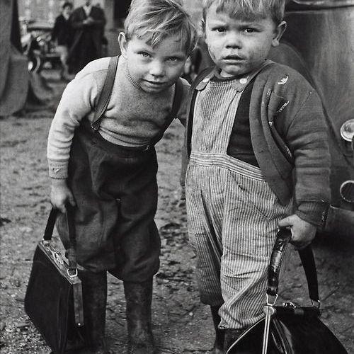 Dos niños con pinta de pillos con dos bolsos de mujer. Fotografía de Alina Holohan