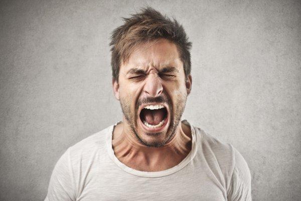 Un hombre gritando