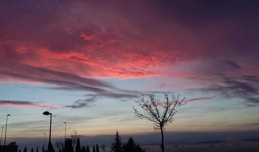 imagen de un cielo de nubes de tonos rojizos, fotografía de Henar Tejero