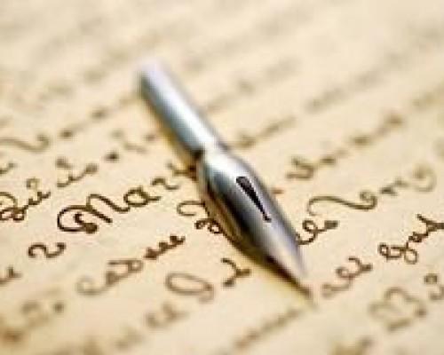 Un plumin sobre un texto caligrafiado