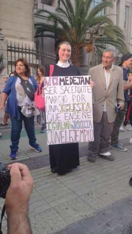 monja con un cartel escrito a mano que pone: «No me dejan ser sacerdote. Marcho por una iglesia que enseñe igualdad y justicia con el ejemplo» Durante una manifestación con motivo del 8 de Marzo.