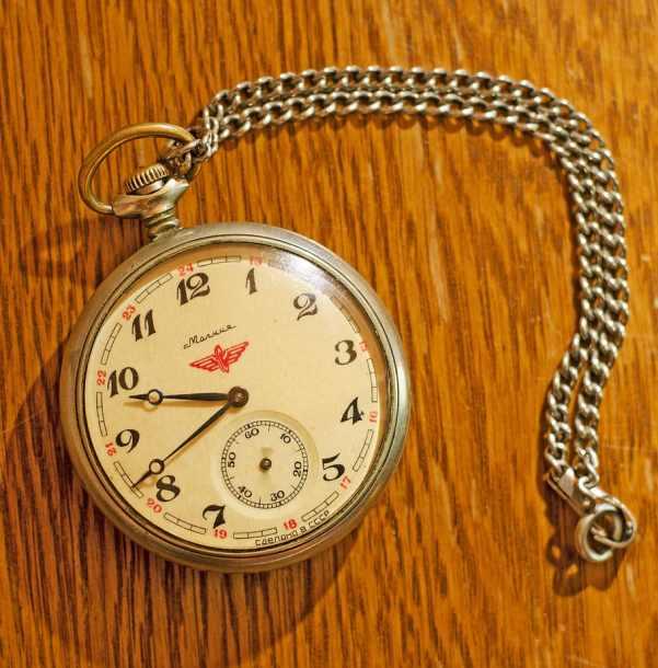 Un reloj de bolsillo con su cadena