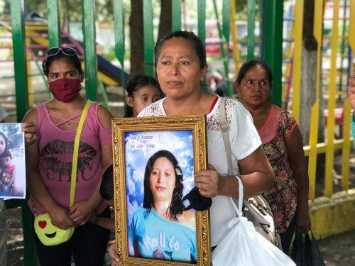 Blanca, mamá de Fátima Martínez y su familia asumieron el cuido y manutención de un niño y una niña que dejó su hija. Foto: Radio Vos