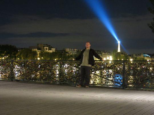 13. Jo med Eiffeltårnet i bakgrunnen