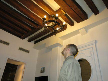 2. Jo ser på taklampa