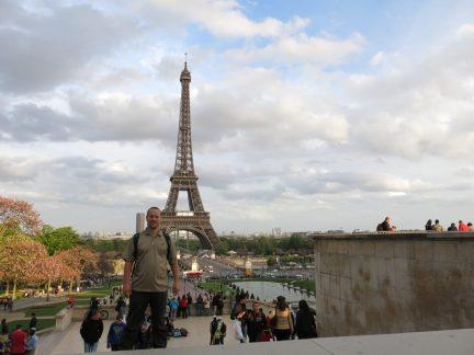 80. Jo ved Palais de Chaillot med Eiffeltårnet i bakgrunnen