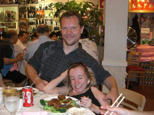 54. Jo og Gry spiser middag Jo spiser østers