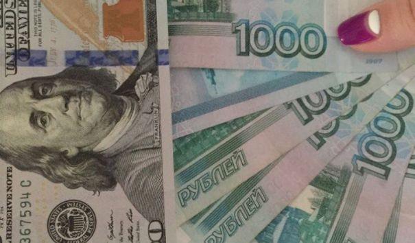 Рубль сумел отыграть потери и остаться в плюс к доллару