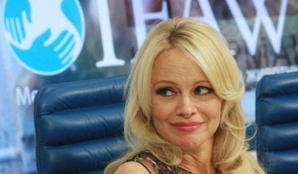 Памела Андерсон подарит Мелании Трамп шубу из экомеха из России