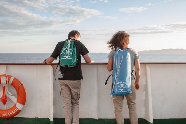 Donatella e Michele guardano le coste albanesi (Spedizione Curraj 2015)