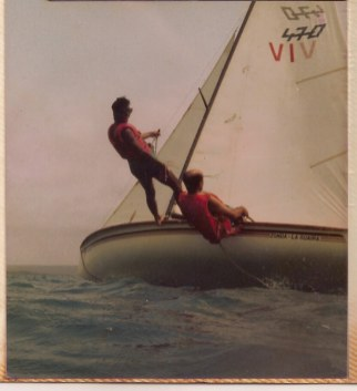 Mi pasión por el mar se inició gracias a la vena exploradora de mi padre y al soporte de mi madre. Desde mis 12 años de edad, mi papá nos inculcó a mis hermanos y a mí, el respeto por el mar a través de la vela deportiva. Inicialmente un 470 nos sirvió a los tres para aprender a navegar y evitar nuestras primeras caídas. Nuestro primer intento fue realizado en el Dique de Guataparo en el año 1.982 Mantuvimos esa fabuloso Embalse como sitio de aprendizaje hasta que mejoramos nuestras habilidades y pudimos salir al mar. La foto fue tomada por mi hermano Santiago desde el agua en 1.984 mientras que mi papá timoneaba y yo proeleaba en el trapecio de nuestra embarcación.