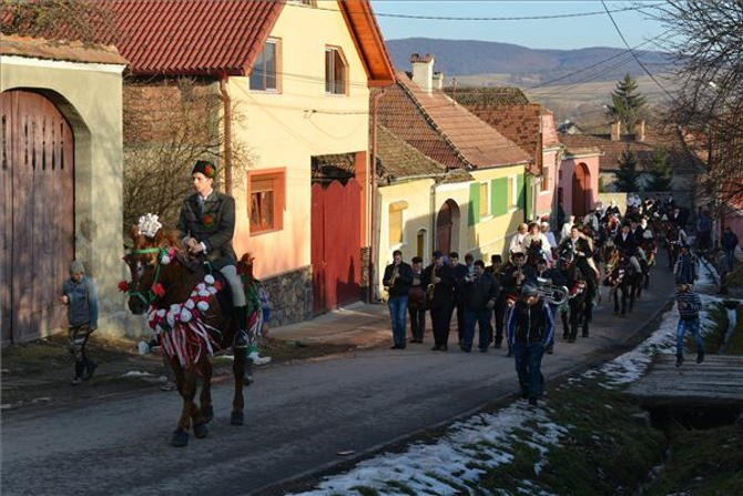 Farsangi felvonulás az erdélyi Ürmösön
