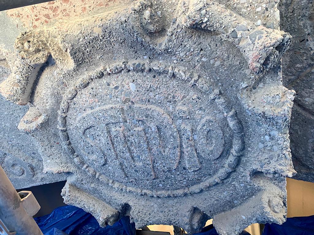 Muestra del escudo de hormigón decapado