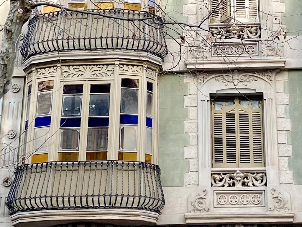 Detalle ventana y galería restaurados
