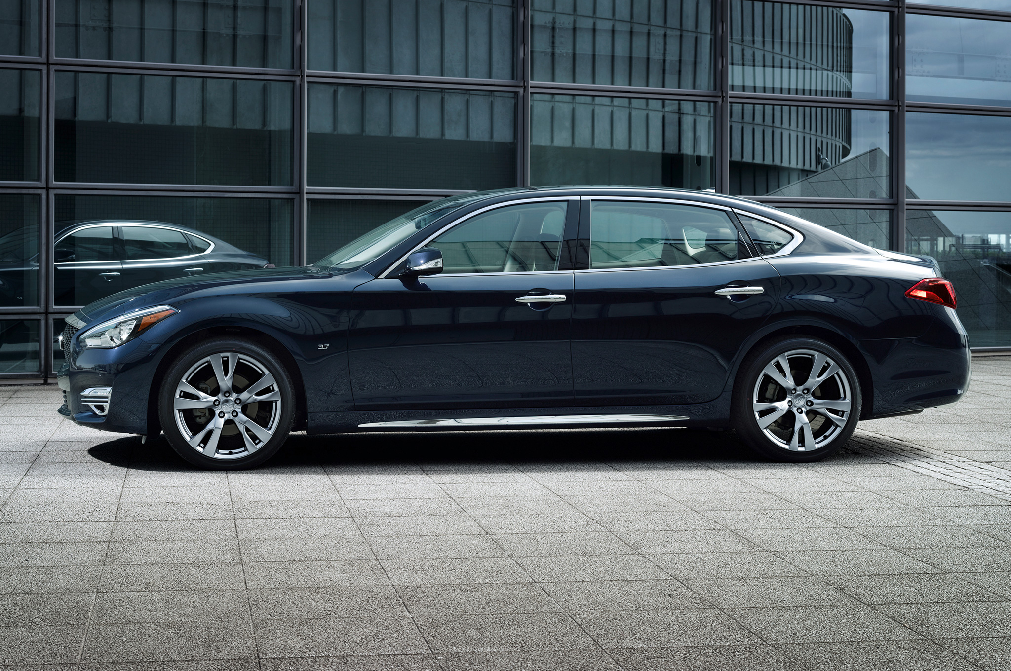2015 Infiniti Q70L Side Profile