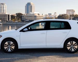 2017 Volkswagen e-Golf Side View