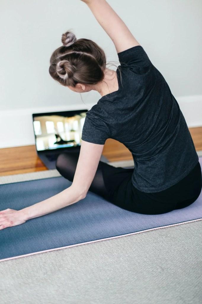 Un tapis de yoga pour faire du sport à domicile