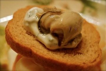 Ostrica Belon con salsa alla cipollina e pane integrale tostato