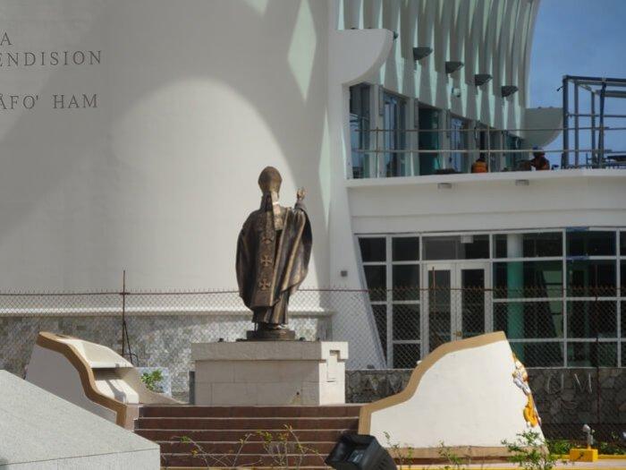 グアム博物館を向くローマ法王像