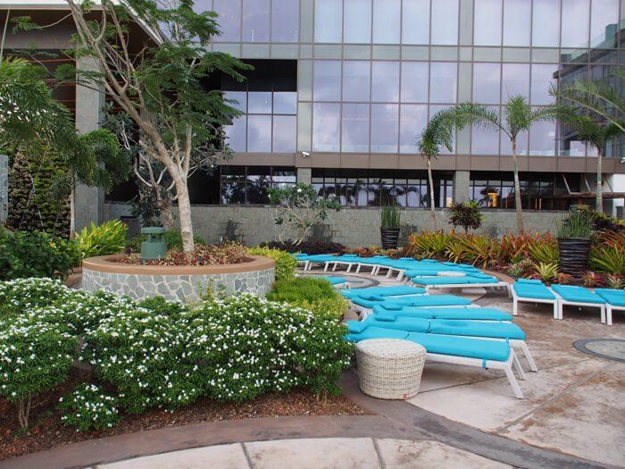 デュシタニ グアム リゾートのプールサイド