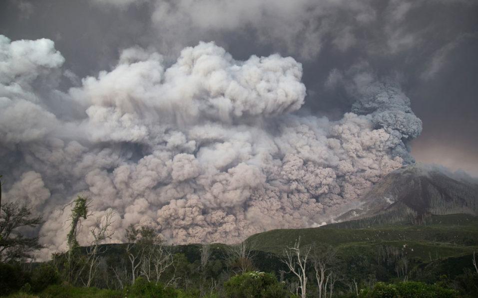 NNN: El monte Sinabung de Indonesia en la provincia de Sumatra del Norte, el lunes, hizo erupción, arrojando una nube de ceniza y humo de 7.500 metros de altura en el aire, dijeron las autoridades. Fue la tercera erupción del volcán desde el sábado, cuando arrojó una columna de ceniza de hasta 4.460 metros. Según […]