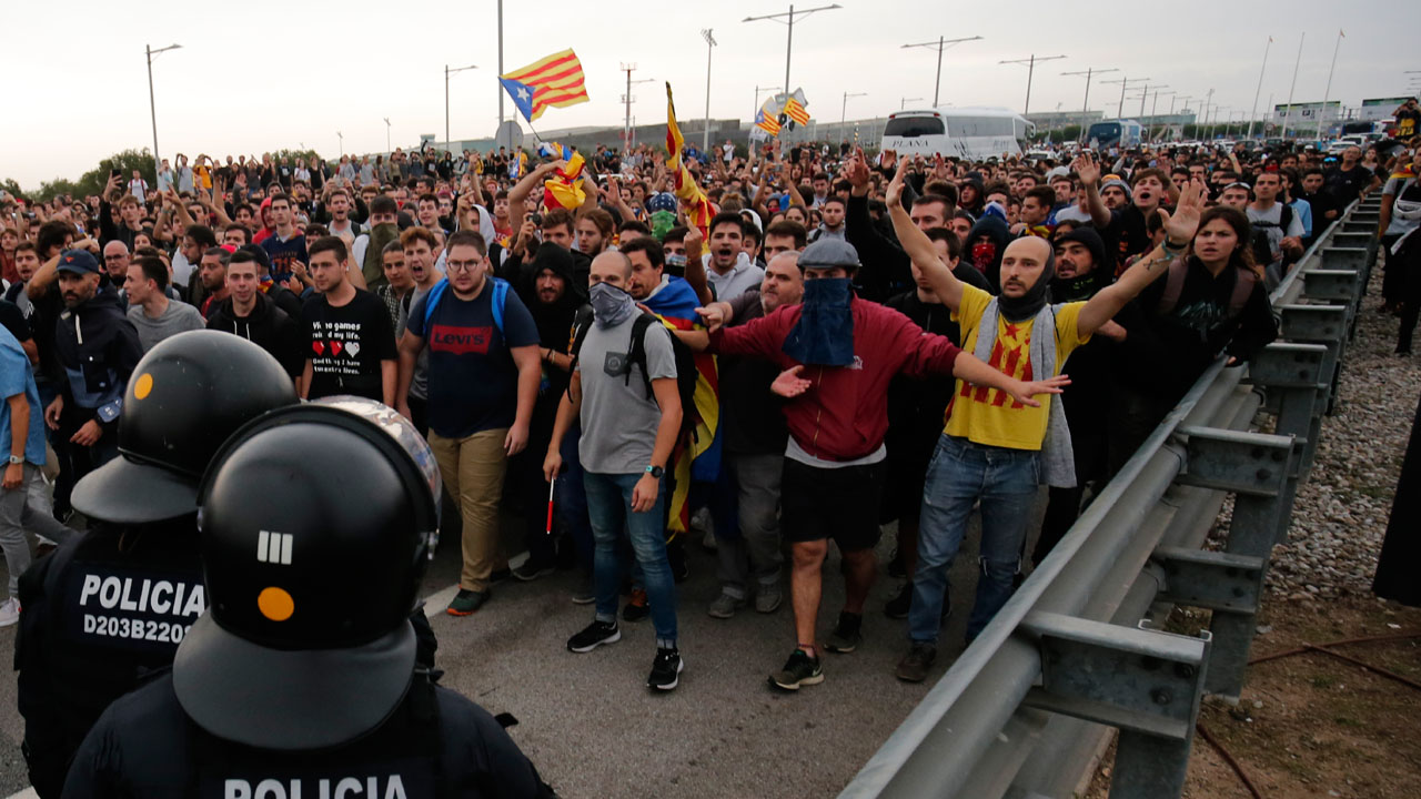 Catalonia 1 - Flights delayed, cancelled after huge protests at Barcelona airport
