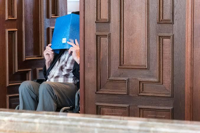 NNN: Защитник бывшего охранника нацистского концентрационного лагеря призвал к его оправданию в понедельник, когда 93-летний обвиняемый извинился перед жертвами. Выступая в предпоследний день судебного разбирательства, адвокат Стефан Уотеркамп утверждал, что членство только в качестве охранника СС в немецком законодательстве пока не является достаточным для вынесения обвинительного приговора по обвинению в соучастии в убийстве. Человеку предъявлено […]