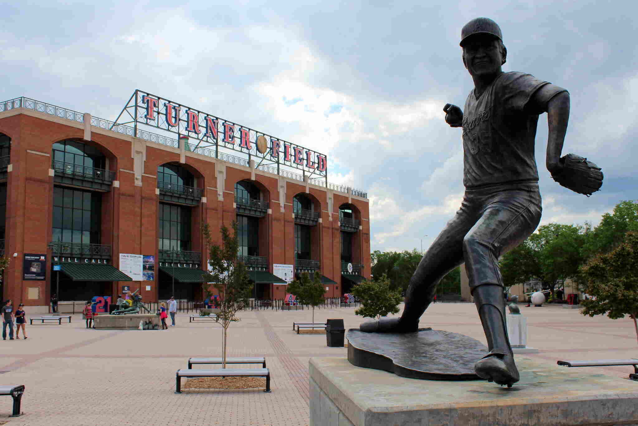 Phil Niekro, Hall of Fame pitcher and knuckleball master, dies at 81
