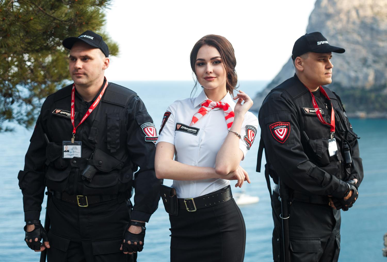 охранник и девушка