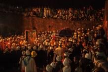Cerimônia conhecida no mundo cristão, o Natal. Cerimônia ocorre próxima as Igrejas de Pedra de Lalibela, Etiópia. No fundo, é a mesma; comemora o nascimento de Cristo.
