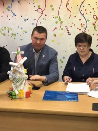 Подарок депутату Петросовета Дмитрию Кузнецову. Фото: Губернiя Daily