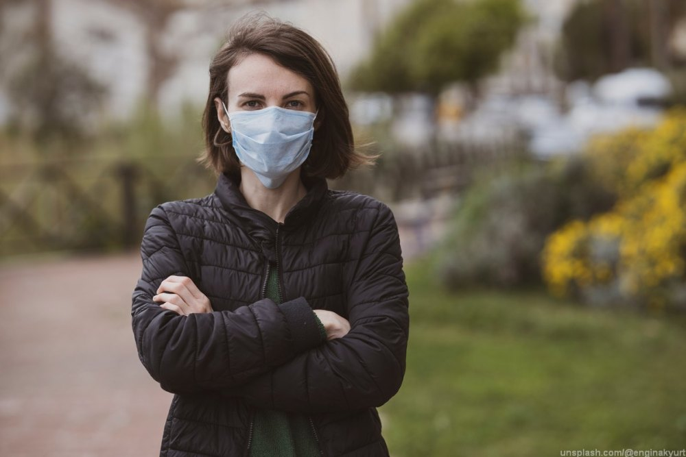 девушка в маске, улица, прогулка