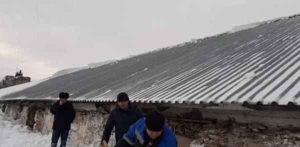 Сход снежной массы с крыши
